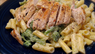 Pasta con Pollo Alfredo Rico en Proteínas