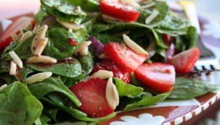 Ensalada con fresas y semillas de amapola
